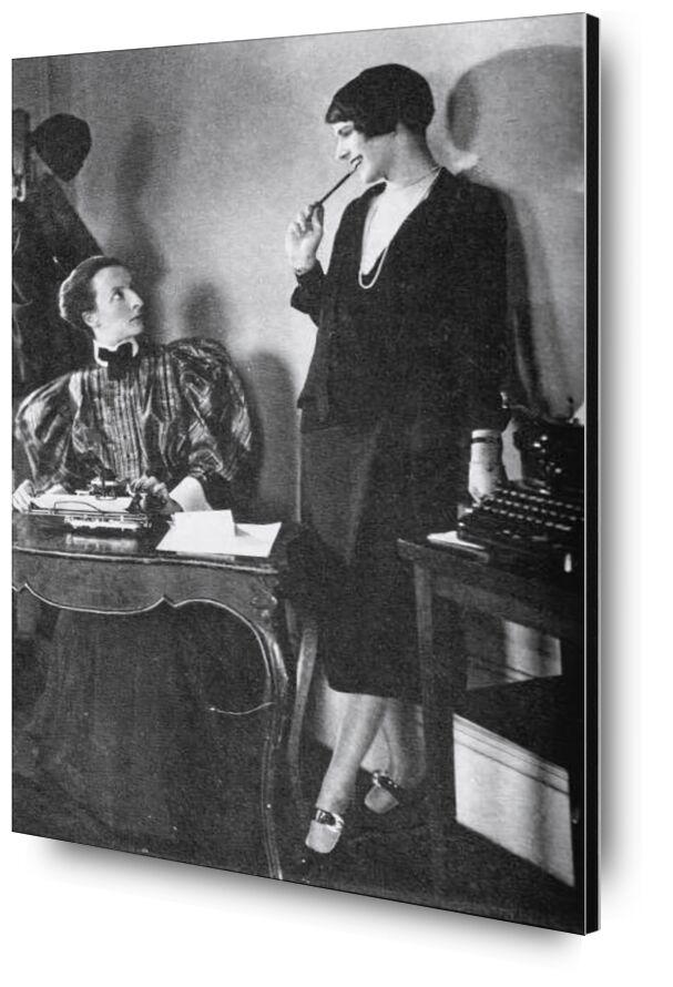 Lois Long at her New Yorker office - Edward Steichen 1921 desde AUX BEAUX-ARTS, Prodi Art, mujer, vestido, blanco y negro, Edward Steichen, escritorio, laboral, secretaria