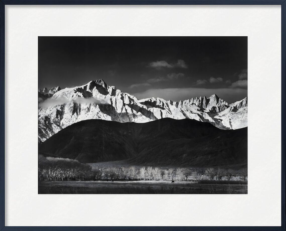 Lever du soleil d'hiver à Lone Pine, Sierra Nevada - Ansel Adams 1944 de AUX BEAUX-ARTS, Prodi Art, Adams, Sierra Nevada, USA, Lac, forêt, paysage, noir et blanc, ciel, ANSEL ADAMS, montagnes