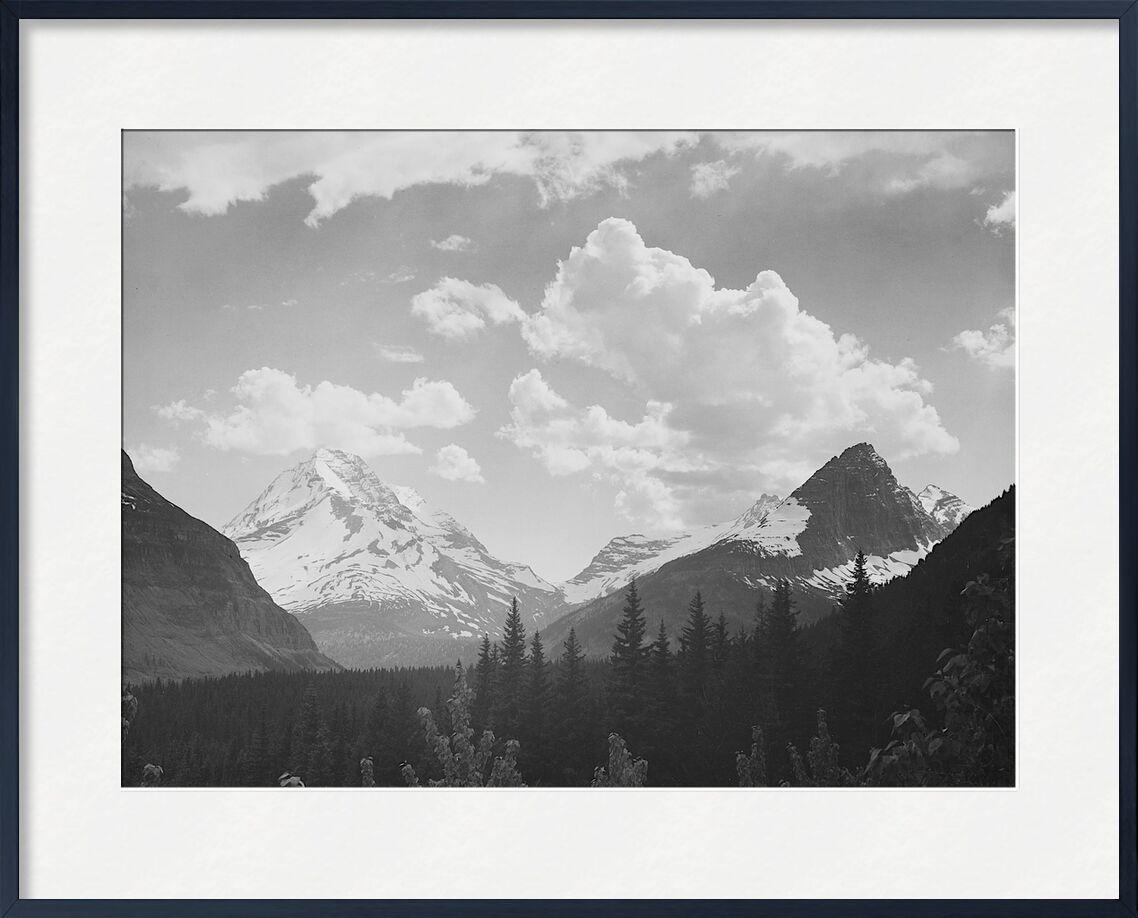 Regarder à travers la forêt vers les montagnes et les nuages - Ansel Adams de AUX BEAUX-ARTS, Prodi Art, montage, nuage, paysage, noir et blanc, neige, hiver, sapin