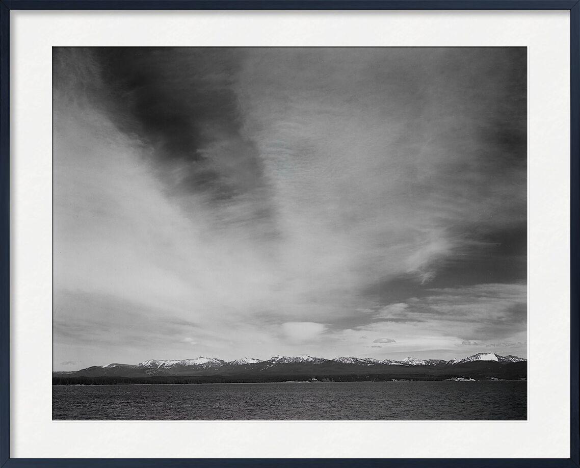 "Wider Strip Of Mountains ""Yellowstone Lake"" - Ansel Adams desde AUX BEAUX-ARTS, Prodi Art, ANSEL ADAMS, Yellowstone, montañas, cielo, blanco y negro"