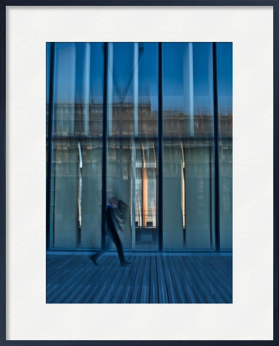 Le passant à la BNF de Céline Pivoine Eyes, Prodi Art, lignes, bleu, bibliothèque, BNF, personne, passant, Photographie abstraite, art abstrait, Mouvement intentionnel de la caméra, ICM, Streetphoto, Parvis