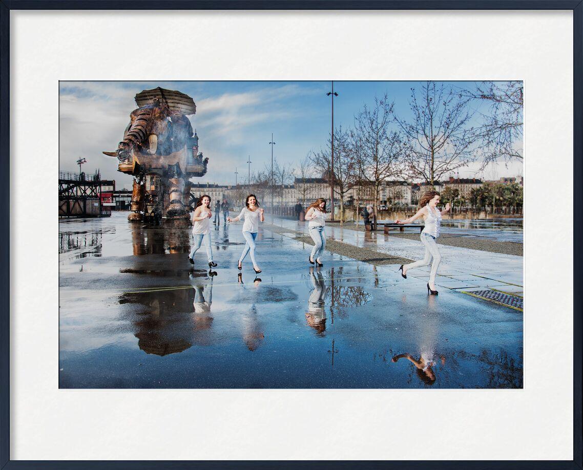 Folie bleue - Sur le parcours du Grand éléphant de Marie Guibouin, Prodi Art, courir, filles, surprise, nantes, marie guibouin, reflets, eau, pluie, féminin, femmes, machines de l'ile, éléphant