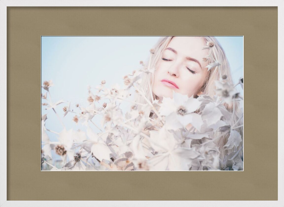 Rêve tendresse de Pierre Gaultier, Prodi Art, Jeune, femme, tendresse, été, style, joli, pose, portrait, séance photo, la personne, en plein air, maquette, maquillage, amour, Dame, coiffure, cheveux, charme, fille, fleurs, femelle, mode, visage, élégant, mignonne, brillant, blonde, beauté, beau, attrayant, adulte