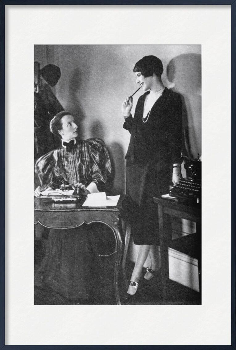 Lois Long à son bureau au New Yorker - Edward Steichen 1921 de Aux Beaux-Arts, Prodi Art, femme, robe, noir et blanc, Edward Steichen, bureau, travail, secrétaire