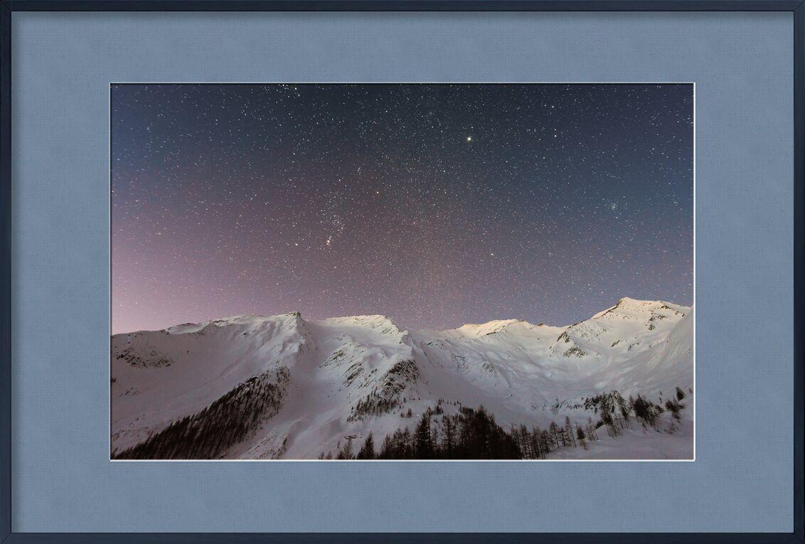 Les étoiles sous la montagne de Pierre Gaultier, Prodi Art, aventure, du froid, soir, glacial, congelé, haute, glacé, idyllique, paysage, nature, nuit, en plein air, paisible, paysage, scénique, ciel, neige, espace, étoiles, tranquille, Voyage, des arbres, hiver, conifères, exploration, sapins, Montagne, paysage de nuit, ciel de nuit, pins, neigeux, univers, Météo