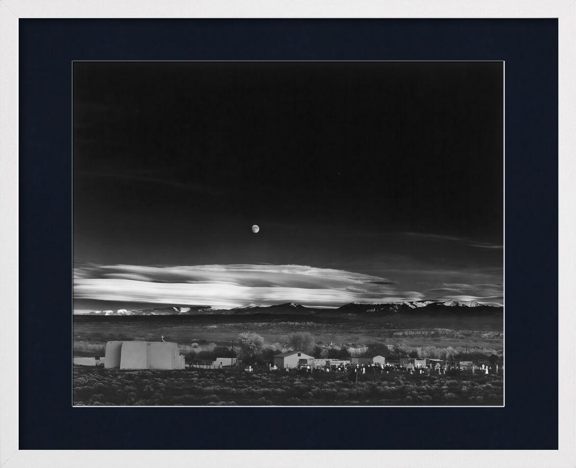 Moonrise, Hernandez, Nouveau-Mexique - Ansel Adams 1941 de AUX BEAUX-ARTS, Prodi Art, Nouveau Mexique, ANSEL ADAMS, campagne, ferme, étoile, étoiles, maison, USA, lune, noir&blanc, noir et blanc, ciel