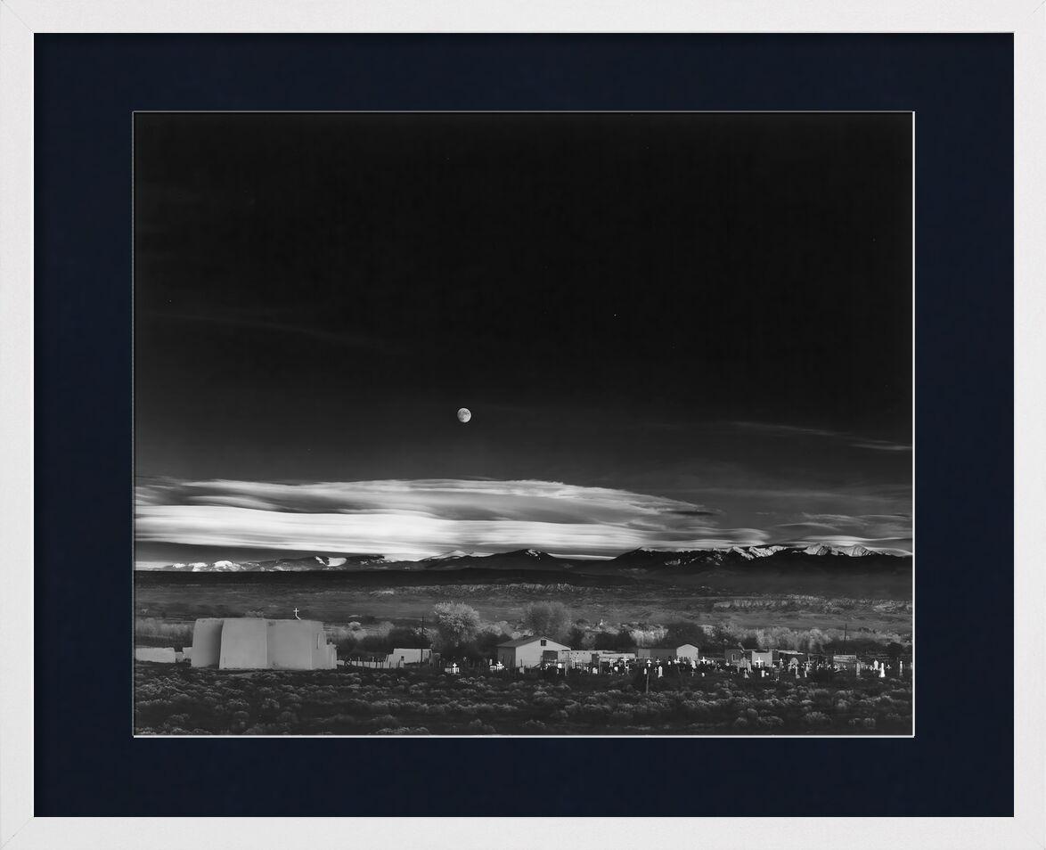 Moonrise over Hernandez New Mexico - Ansel Adams 1941 von AUX BEAUX-ARTS, Prodi Art, Himmel, Schwarz und weiß, black & white, Mond, USA, Haus, Sterne, Star, Bauernhof, Landschaft, ANSEL ADAMS, New Mexiko
