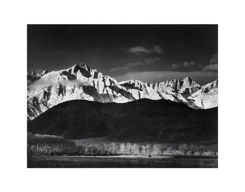 Winter Sunrise from Lone Pine, Sierra Nevada - Ansel Adams 1944 desde AUX BEAUX-ARTS, Prodi Art, montañas, ANSEL ADAMS, cielo, blanco y negro, paisaje, bosque, lago, EE.UU., Sierra Nevada, adams