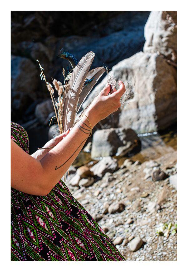 Aurore de Marie Guibouin, Prodi Art, fées, déesse, femme, féminin, montolieu, rivière, nature, spiritualité, marie guibouin, plumes, lutin, êtres de la nature