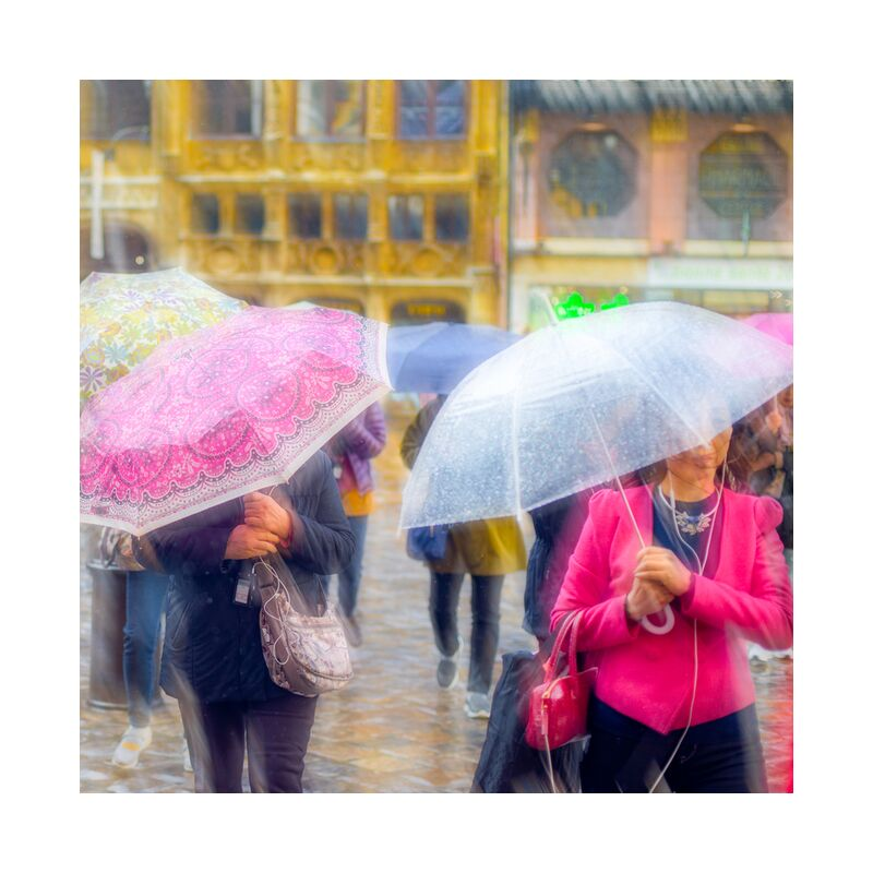 Tourisme sous la pluie de Pierre Rousseau, Prodi Art, L'Europe, France, rose, Météo, eau, pluie, parapluie, tourisme, Rouen, ville, Urbain, la météo, humidité