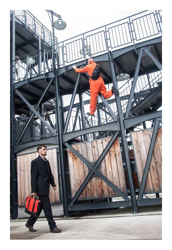 Yet Création de Marie Guibouin, Prodi Art, noir, Orange, métal, structure, machines de l'ile, carrousel, nantes, marie guibouin, création, gildas guillou, hommes, sac, grimpeur, artisan