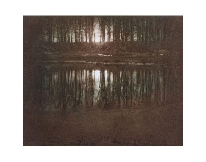 The Pond—Moonlight -Edward Steichen 1904 desde AUX BEAUX-ARTS, Prodi Art, estanque, ligero, sol, puesta de sol, Edward Steichen, blanco y negro, contra el dia