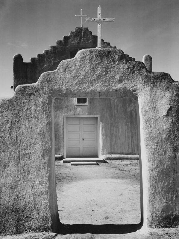 Church Taos pueblo, New Mexico - ANSEL ADAMS 1942 desde AUX BEAUX-ARTS Decor Image
